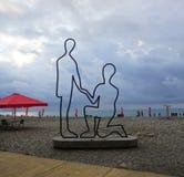 巴统海滩夫妇雕象 免版税库存图片