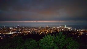 巴统镇-从山的夜视图 库存照片