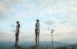 巴统,乔治亚- 2018年8月:一个移动的金属雕塑题为男人和妇女或者阿里和尼诺 库存照片