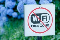 巴统,乔治亚- 2017年7月10日:板材自由Wi Fi区域结束 在背景的蓝色花 特写镜头 免版税库存照片