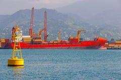 巴统 在码头附近的集装箱船 免版税库存照片