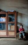 巴色,老挝, 8月14日:未认出的老挝小男孩开会 图库摄影