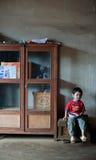巴色,老挝, 8月14日:未认出的老挝小男孩开会 免版税库存照片