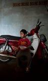 巴色,老挝, 8月14日:未认出的老挝小男孩开会 免版税库存图片