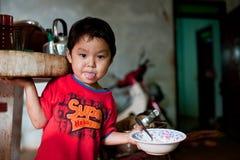 巴色,老挝, 8月14日:未认出的老挝小男孩开会 库存照片