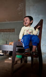巴色,老挝, 8月14日:未认出的老挝小男孩开会 库存图片