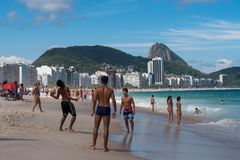 巴西人戏剧橄榄球在科帕卡巴纳海滩 免版税库存照片