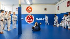巴西人Jiu Jitsu在伦敦,英国混合了揪打训练的武术在富勒姆格蕾丝巴拉岛学院 免版税图库摄影