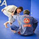 巴西人Jiu Jitsu在伦敦,英国混合了揪打训练的武术在富勒姆格蕾丝巴拉岛学院 库存照片