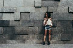 巴西女孩和位移墙壁 免版税库存图片