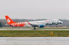 巴西航空工业公司E喷气机布塔空中航线190  机场普尔科沃,俄罗斯圣彼德堡 2017年10月30日 免版税库存照片