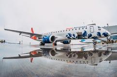 巴西航空工业公司E喷气机布塔空中航线190  机场普尔科沃,俄罗斯圣彼德堡 2017年10月30日 图库摄影