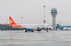 巴西航空工业公司E喷气机布塔空中航线190  机场普尔科沃,俄罗斯圣彼德堡 2017年10月30日 免版税库存图片