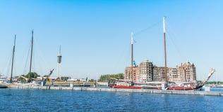 巴达维亚避风港大厦和小船在港口 免版税库存照片