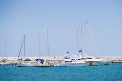 巴里、意大利- 7月11,2018,Fyachts和小船在巴里,晴朗的夏日,普利亚港  库存照片