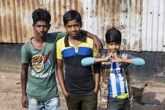 巴里萨尔,孟加拉国, 2017年2月27日:在码头的三个少年姿势 库存图片