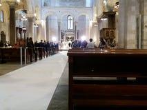 巴里,南意大利,大教堂圣尼古拉斯, 29-09-2017 :庆祝教会婚礼的已婚夫妇 免版税库存图片