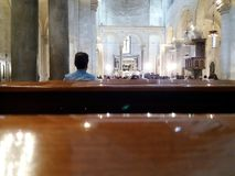 巴里,南意大利,大教堂圣尼古拉斯, 29-09-2017 :庆祝教会婚礼的已婚夫妇 免版税库存照片