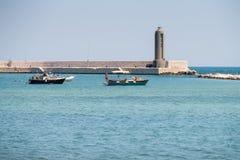巴里,意大利-巴里沿海岸区,普利亚,意大利全景7月11,2018,有游船的 库存图片