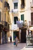 巴里,意大利- 2018年7月11日,有袋子的一名妇女去巴里的中心,叫巴里维吉亚 免版税库存图片