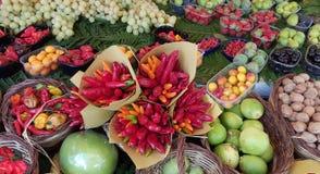 巴黎、法国农夫市场、五颜六色的显示水果和蔬菜 图库摄影