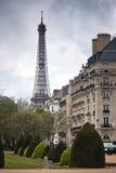巴黎。 出于对埃佛尔铁塔考虑的街道 免版税库存图片
