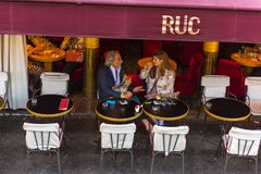 巴黎人在巴黎享受食物和饮料在咖啡馆边路 免版税库存照片