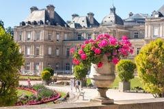 巴黎人citylandscape -卢森堡宫殿的看法通过与花的花盆 免版税图库摄影