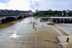 巴黎充斥与塞纳河水平被投下到法线 免版税库存照片