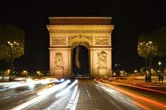 巴黎凯旋门在晚上之前 库存照片