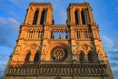 巴黎圣母院与最旧的圆花窗和华丽网眼图案的大教堂门面南部的门面的细节在温暖 图库摄影