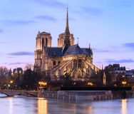 巴黎圣母院在晚上,巴黎,法国 免版税库存图片