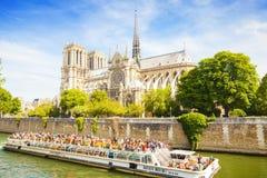 巴黎圣母院天主教会和围网渔轮巡航 免版税图库摄影