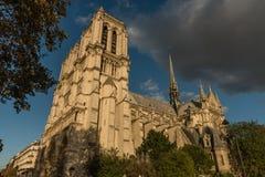 巴黎圣母院的外部在巴黎,法国,日落的 免版税库存图片