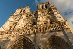 巴黎圣母院的门面在日落的巴黎法国 库存图片