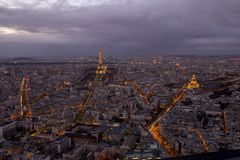 巴黎在与云彩的夜之前 免版税库存照片