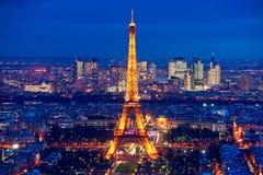 巴黎在与埃佛尔铁塔的晚上。 库存图片
