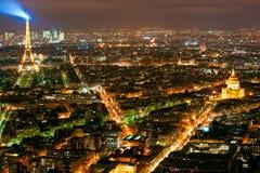 巴黎在与埃佛尔铁塔的晚上。 库存照片