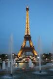 巴黎在晚上之前: 埃佛尔铁塔 库存图片