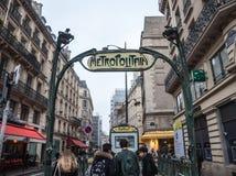 巴黎地铁站乐团在有一个典型的艺术装饰地铁标志的Chatelet由Guimard设计了 库存照片