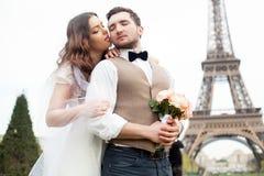 巴黎婚礼 在艾菲尔铁塔附近的愉快的已婚夫妇 免版税库存图片
