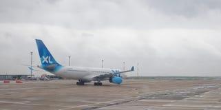 巴黎巴黎夏尔・戴高乐机场 飞机为起飞做准备 免版税库存照片