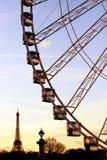 巴黎弗累斯大转轮从协和广场的长平底船和埃佛尔铁塔剪影在微明期间 免版税库存照片