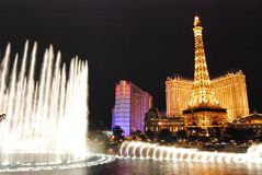 巴黎旅馆和赌博娱乐场,拉斯维加斯,地标,夜,喷泉,水特点 库存照片