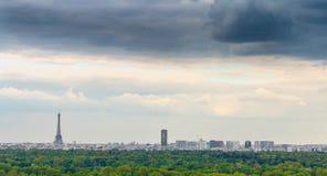 巴黎看法和它的艾菲尔铁塔和蒙巴纳斯耸立 免版税库存图片