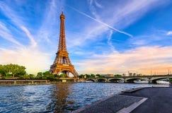 巴黎艾菲尔铁塔和河日落的塞纳河在巴黎,法国 库存图片