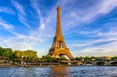 巴黎艾菲尔铁塔和河日落的塞纳河在巴黎,法国 图库摄影