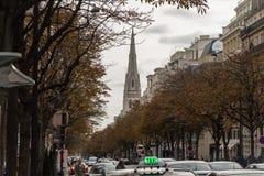 巴黎街道在10月下旬,与主教制度的教会的集会的尖顶在欧洲 图库摄影