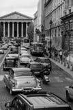 巴黎街道有20世纪50年代汽车的 免版税库存照片