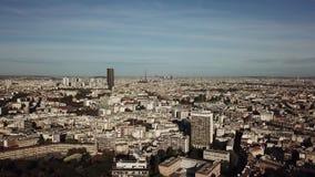 巴黎都市风景和埃佛尔铁塔在一个晴天,法国鸟瞰图  图库摄影